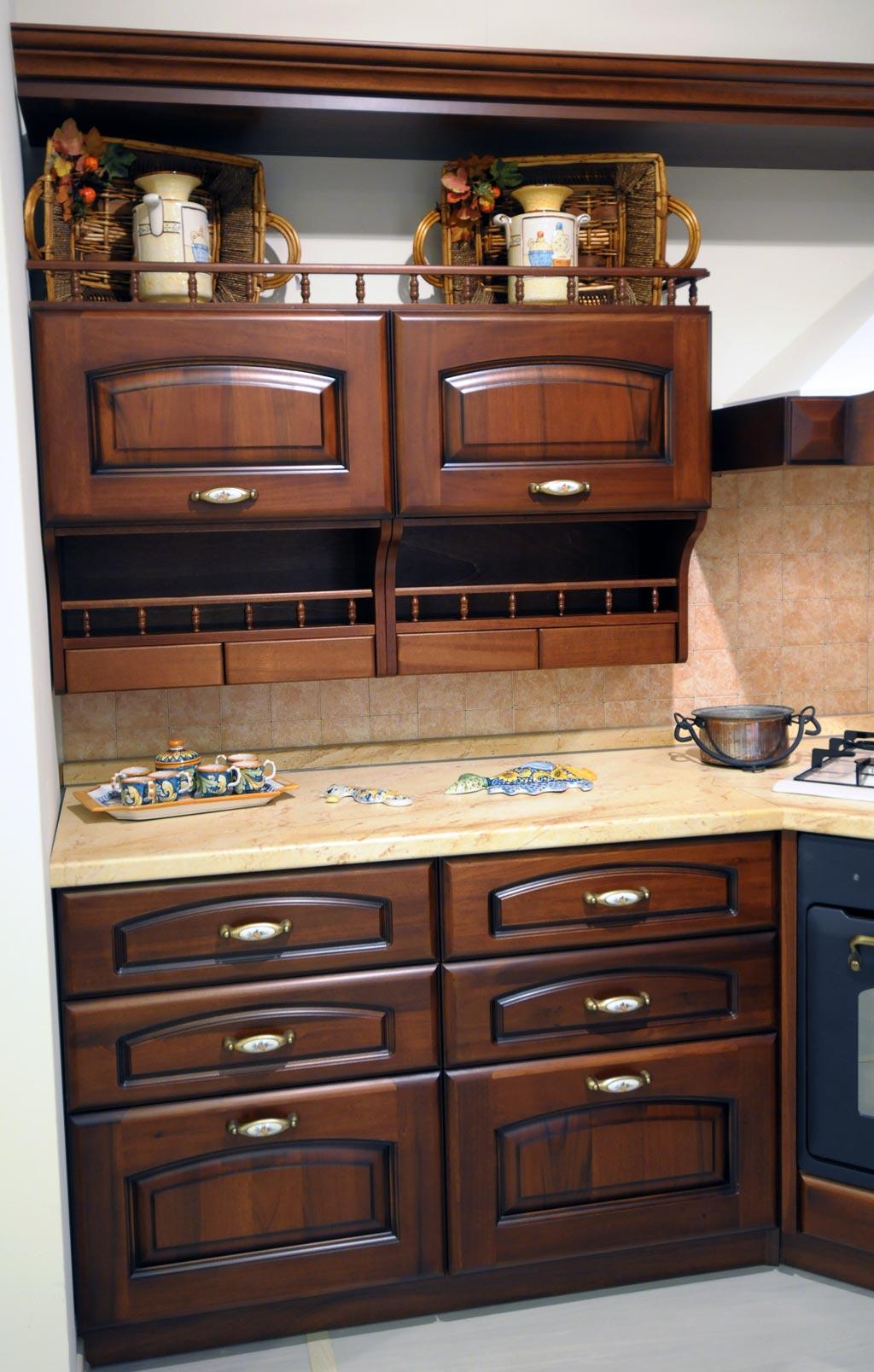 Questa cucina è attrezzata da mensole, portaspezie, ampi cassetti e credenze... tutti materiali raffinati