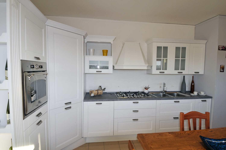 Rosy, una cucina classica funzionale, disponibile in diversi colori e tipologie con isola e bancone snack