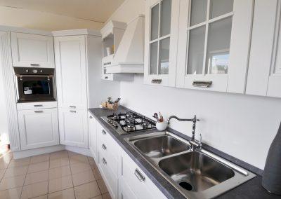 Cucina classica componibile realizzata su misura così da adattarsi ad ogni ambiente e renderlo accogliente
