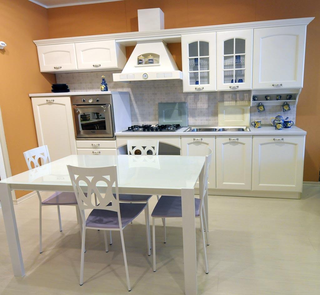 La cucina componibile classica Taormina è disponibile in differenti colori