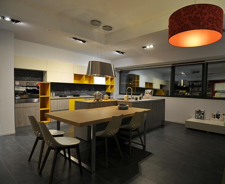 La cucina componibile Global, dallo stile moderno-contemporaneo, trasforma l'ambiente in un pratico kitchenlab iperorganizzato