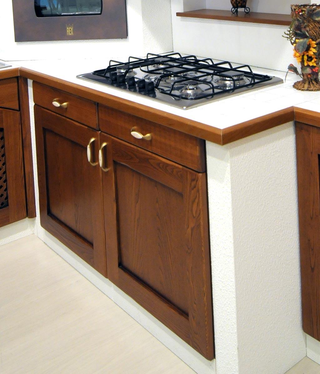 La cucina in finta muratura Tosca gode di una innovativa disposizione degli accessori da cucina