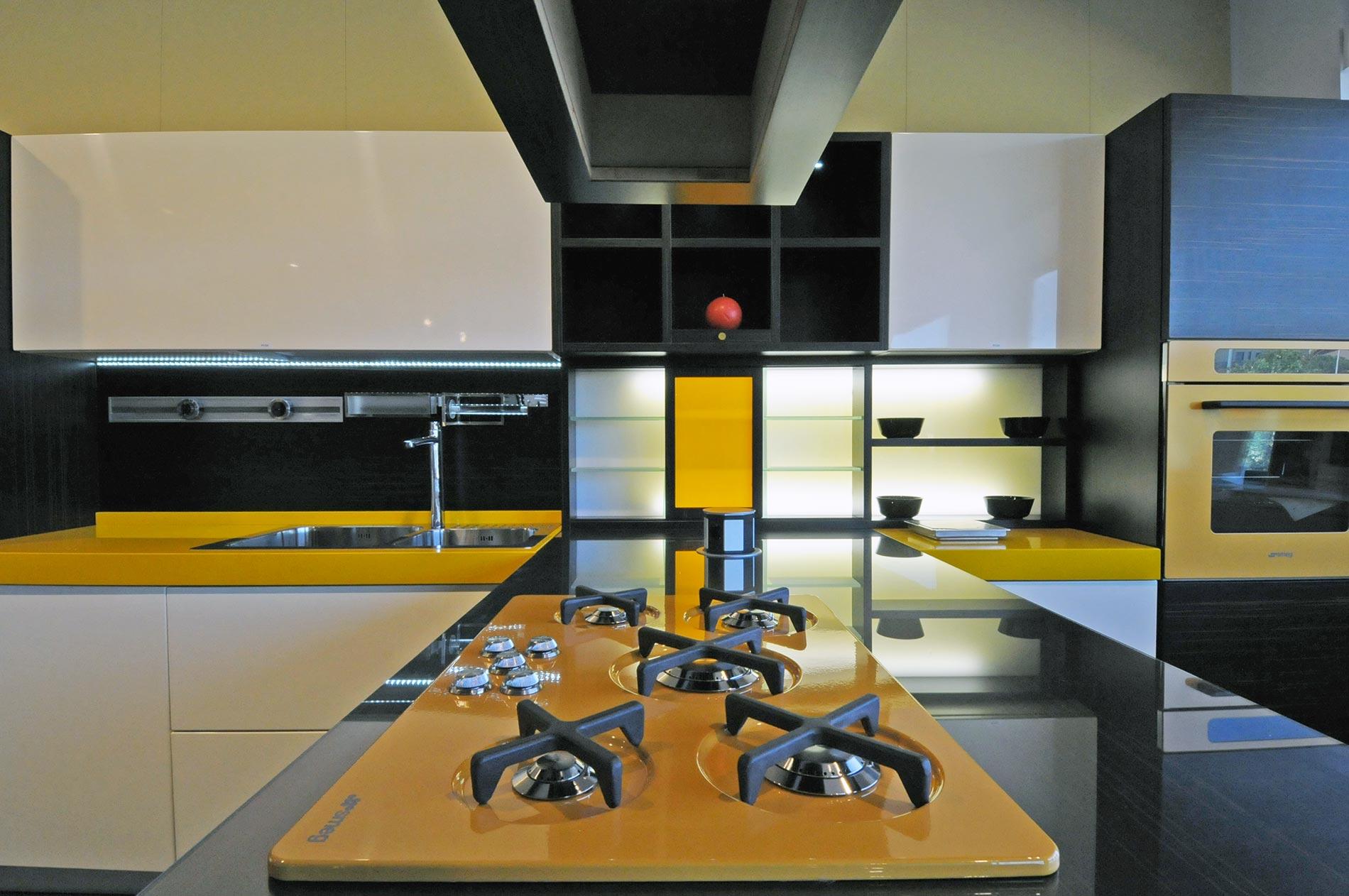 Cucina componibile moderna Futura, dal colore laccato lucido e opaco