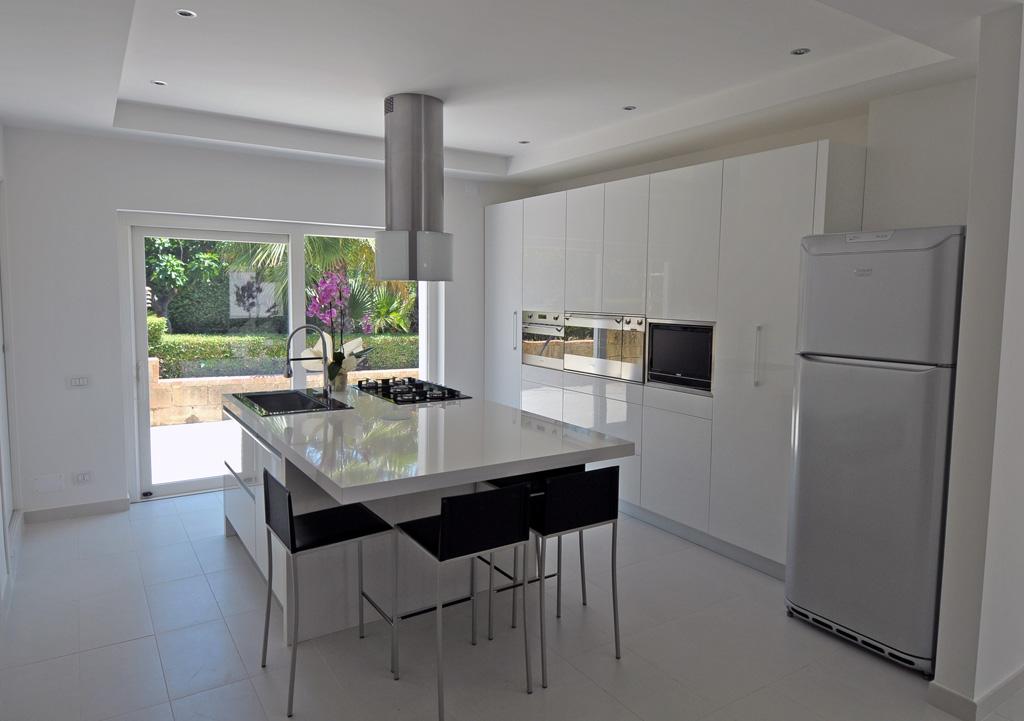 Cucina moderna chiara rivenditori cucine sicilia - Immagini cucine moderne ...