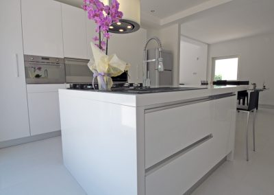 Cucina moderna chiara rivenditori cucine sicilia for Cucina moderna bianca lucida