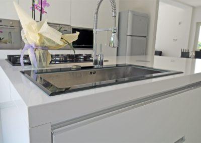 Moderno lavabo ad un foro e piano cottura a cinque fuochi