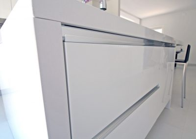 Capienti cassetti scorrevoli con maniglia ad incasso, posizionata nella parte superiore del mobile per garantire una facile apertura