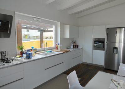 Cucina componibile su misura dotata di moderni elettrodomestici