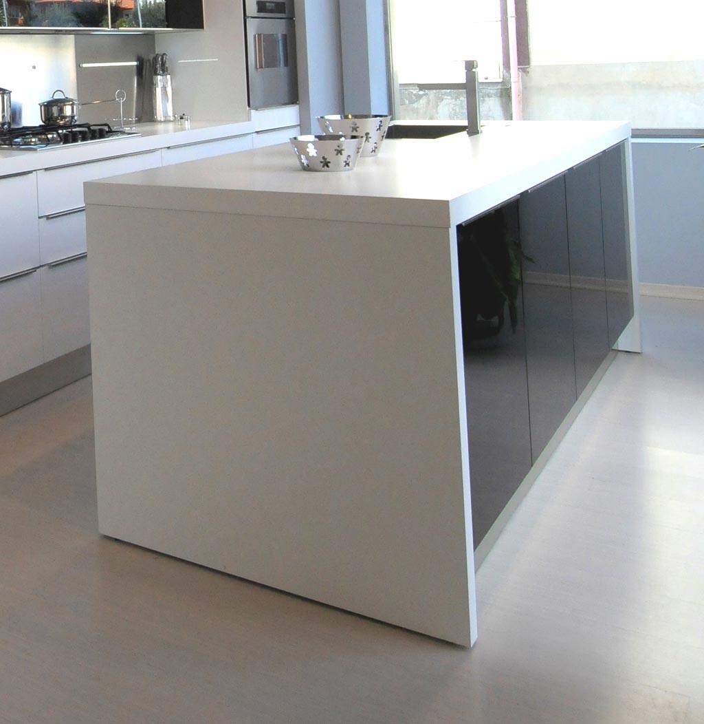 Cucina componibile su misura in stile moderno versatile e funzionale