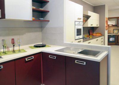 La cucina è dotata di grandi maniglie che agevolano l'apertura delle ante.