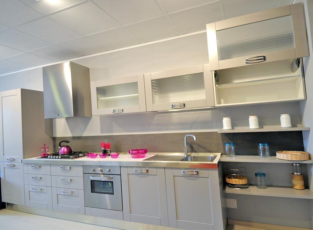 Cucina componibile raffinata e funzionale disponibile in differenti colori.