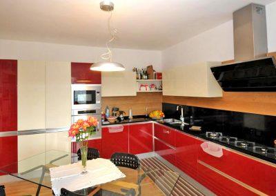 Colori armoniosi e laccati: una cucina resistente e funzionale