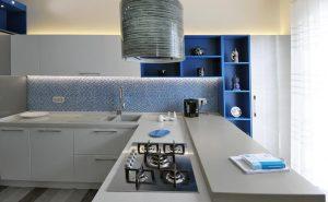 Acquista la cucina componibile moderna Senso, disponibile nel colore grigio lucido, bianco e blu