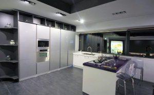 Cucina componibile moderna Senso, disponibile nel colore grigio lucido, bianco e viola