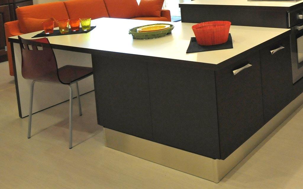 Cucina moderna con penisola che funge da tavolo e da mobile in un lato