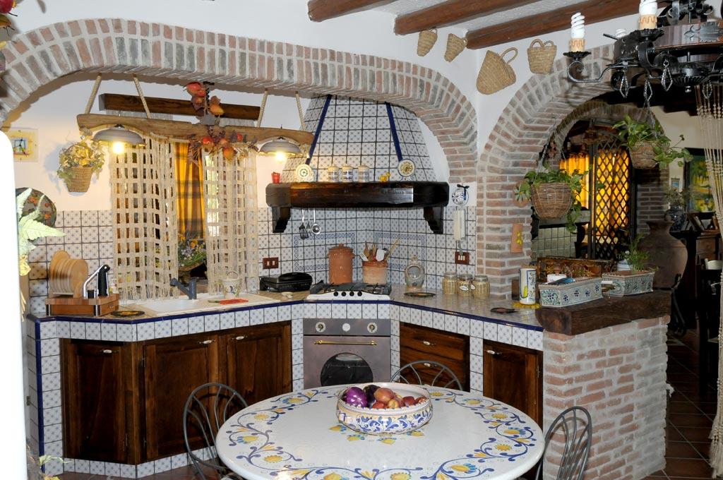 Cucina finta muratura tosca rivenditori cucine sicilia for Spazio arredamenti caltagirone