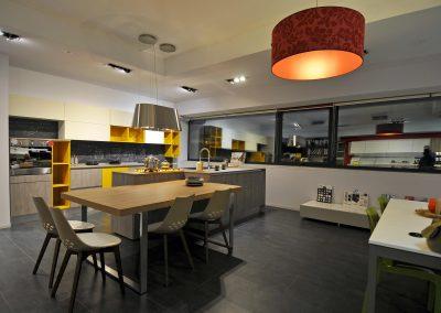 Ampia cucina, grandi piani di lavoro, spaziose credenze e mensole, accessori ed elettrodomestici all'avanguardia