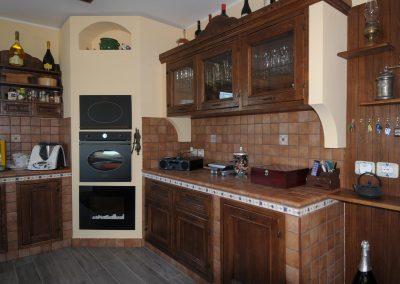 Le cucine in finta muratura come la Tosca sono personalizzabili e componibili, realizzate su misura sulla base delle richieste dei clienti