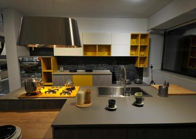 Cucina moderna-contemporanea caratterizzata da robusti mobili e spaziosi piani di lavoro