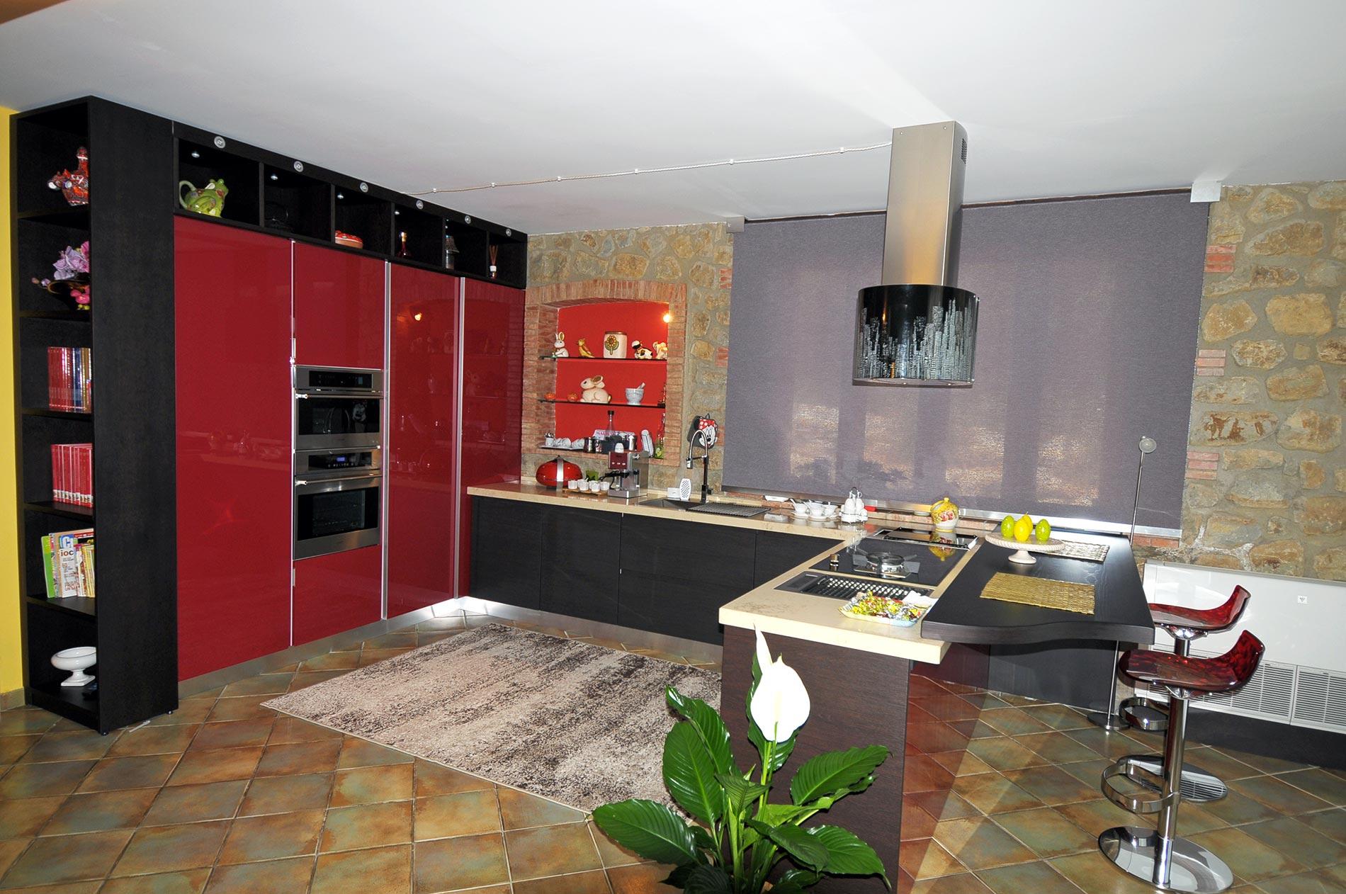 Cucina multifunzionale moderna dai colori rosso, wenghè e beije - Senso