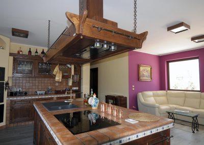 L'isola centrale della cucina Tosca è dotata di un moderno piano cottura e di un lavabo a una vasca e gocciolatoio