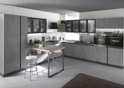 Cucina Gora caratterizzata da accessori ed elettrodomestici moderni, nonchè da un grande tavolo da snack che si integra alla perfezione con il resto della cucina