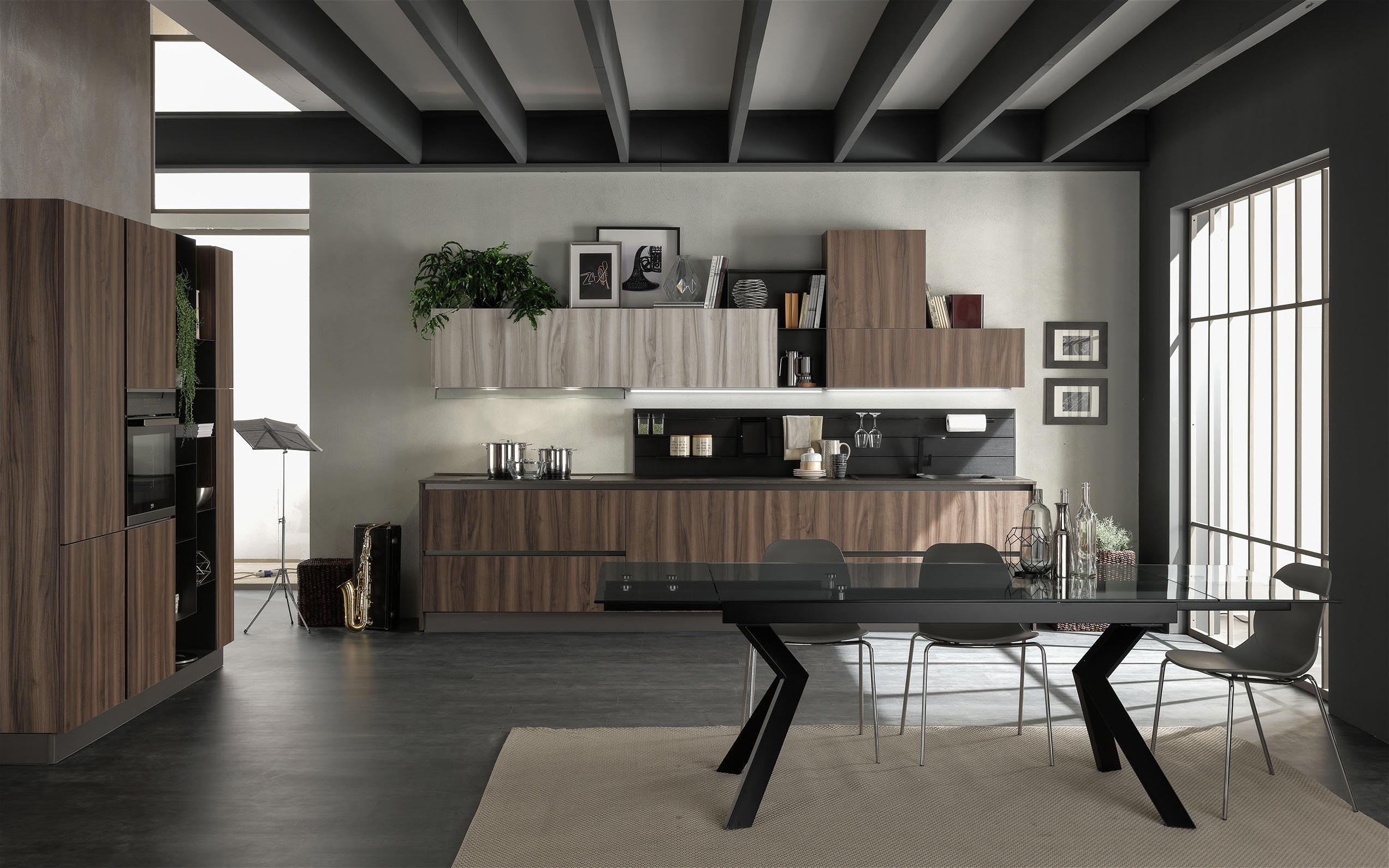 Cucina moderna con composizioni modulari di diversa altezza e profondità per un allestimento total look dello spazio cucina-living