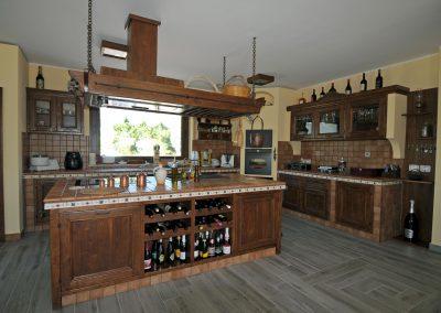 La cucina in finta muratura Tosca è disponibile con isola centrale