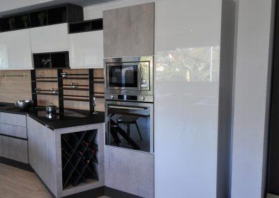 Tutti gli accessori della cucina contemporanea sono a portata di mano e facilmente accessibili per agevolarne l'utilizzo quotidiano.