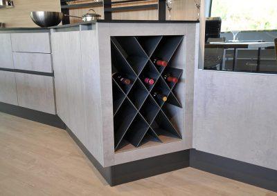 La cucina moderna Kore2 dispone di una cantina vino a nido d'ape.