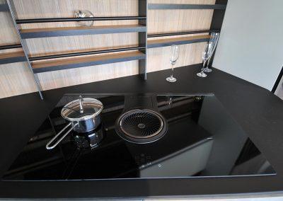 I piani di lavoro della cucina moderna in vendita in Sicilia sono realizzati con materiali innovativi resistenti ai graffi, ai liquidi e agli urti.