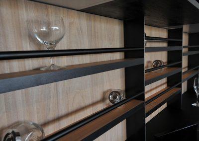 La cucina in cemento è attrezzata da comodi porta bicchieri, porta stoviglie e porta barattoli.