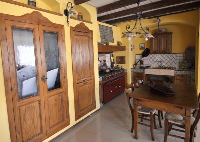 La cucina componibile ed in finta muratura Tosca è l'ideale per coloro ai quali piace lo stile rustico