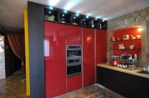 La cucina moderna Senso non si distingue solo per originalità dei colori (nello specifico rosso, wenghè e beije) e per qualità dei materiali impiegati per la sua realizzazione... è anche molto funzionale e dotata di spaziosi mobili e di grandi mensole.