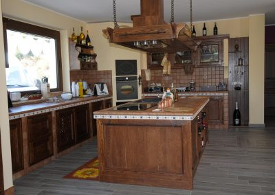 Spaziosi piani di lavoro ed elettrodomestici all'avanguardia caratterizzano la cucina in finta muratura Tosca, disponibile in diversi modelli e colori