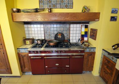 Un angolo cucina funzionale con un grande piano cottura accessoriato