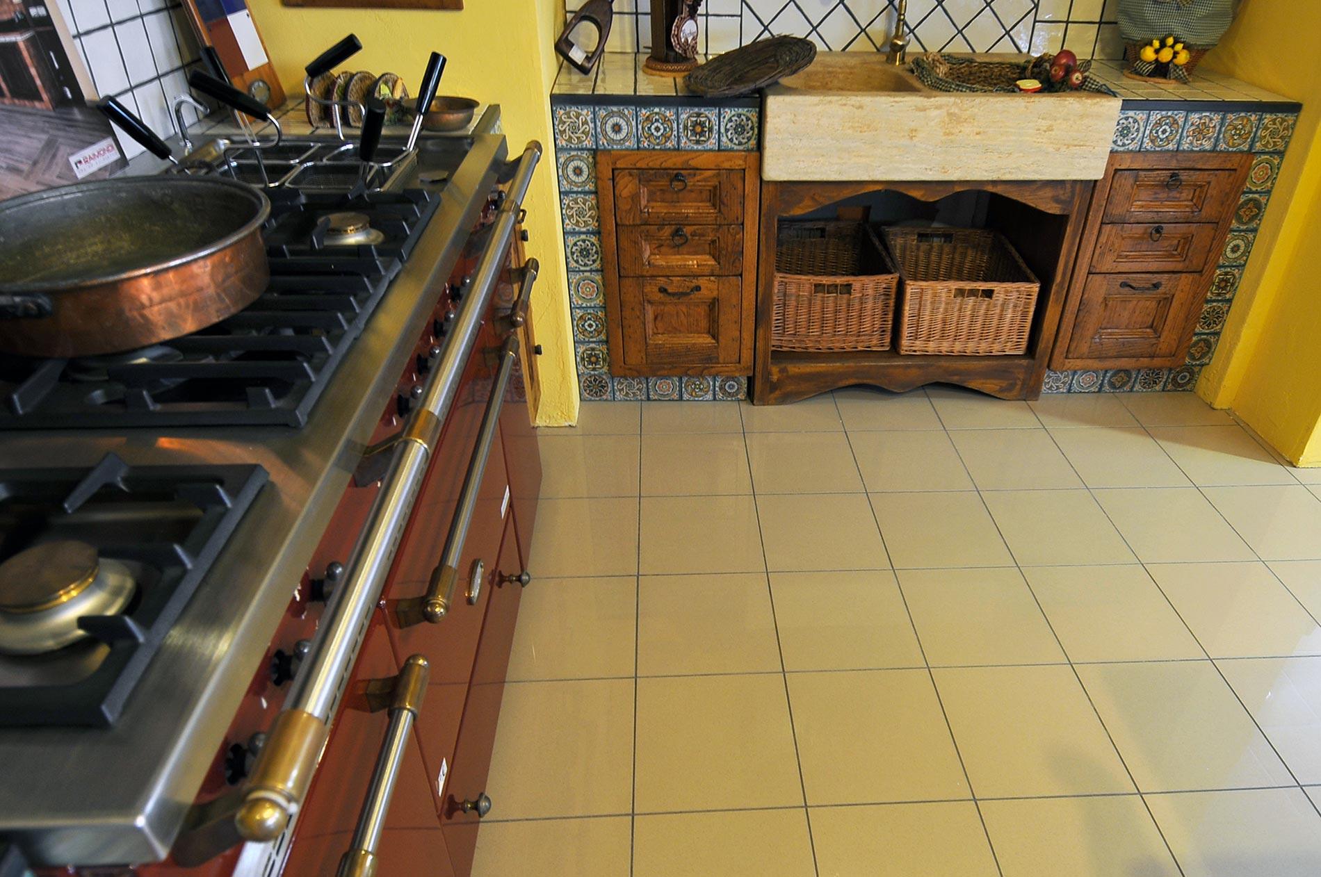 Piano cottura con vasca friggitrice e lavabo a due vasche, con spaziosi piani di lavori ai lati. Inoltre, nel mobile in muratura sotto il lavabo vi sono incastonati dei cassetti porta oggetti/utensili da cucina.